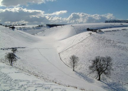 Snow on the Wolds Way, from the track climbing out of Thixendale/Photo by Arnold Underwood/Feb 2004